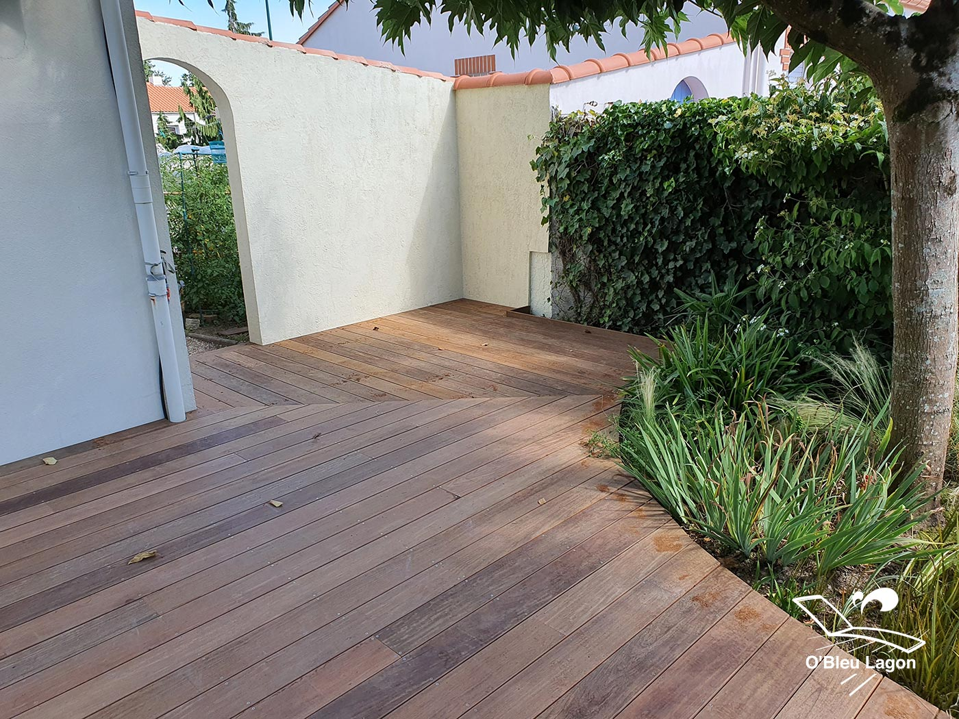 conception petite terrasse bois ipe forme arrondie vendee